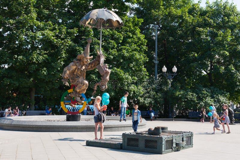Adultes et enfants près de la statue de clowns à Moscou 12 08 2017 photo stock