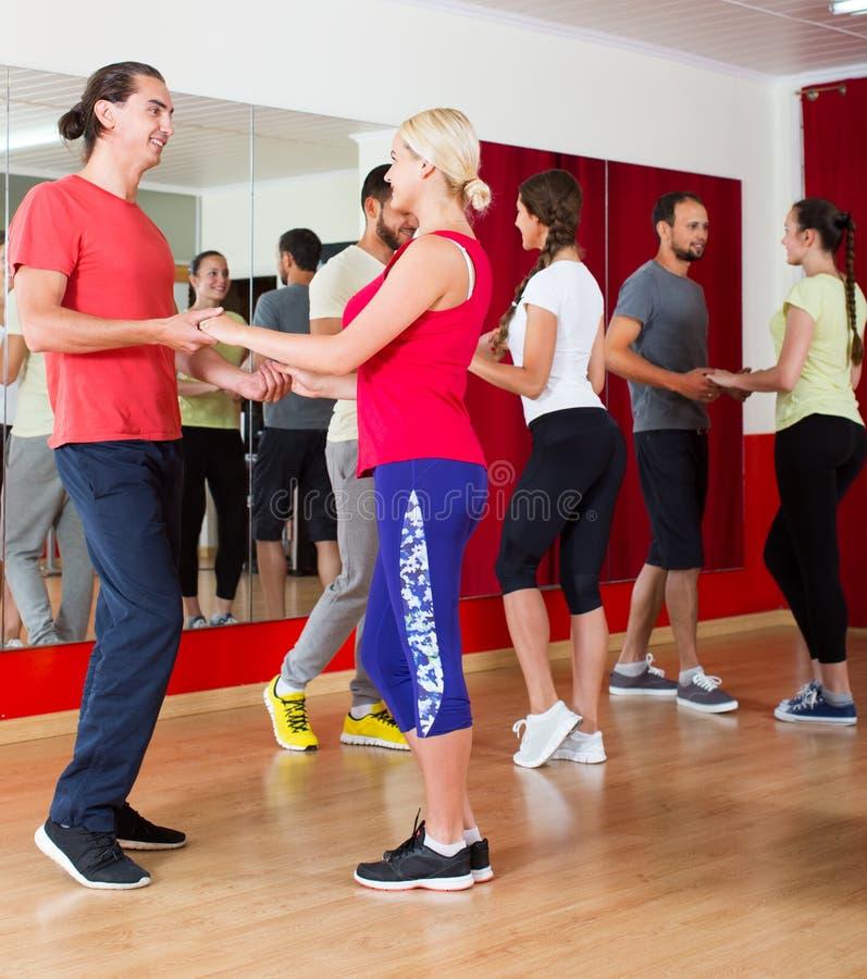 Adulti che ballano nello studio di ballo immagini stock libere da diritti
