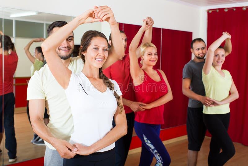 Adulti che ballano nello studio di ballo fotografia stock