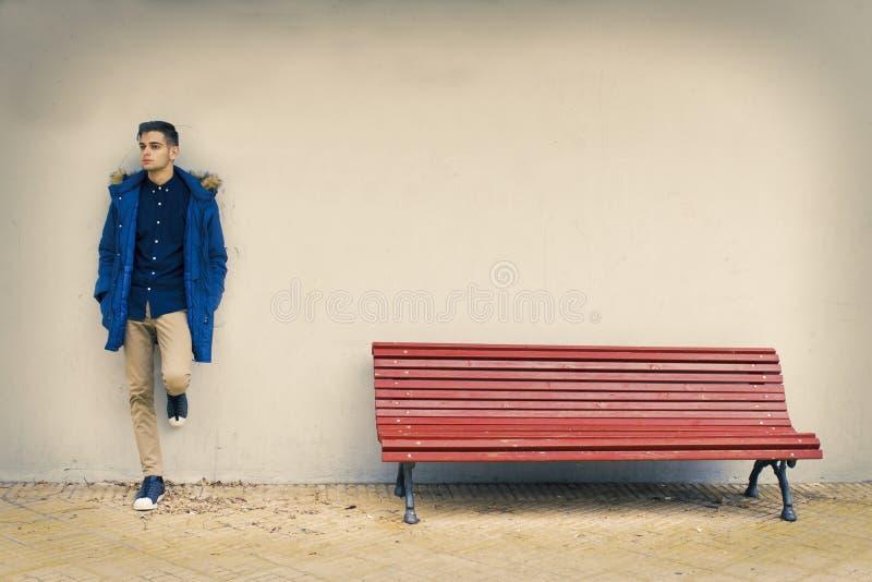 Adulto joven en la calle fotografía de archivo