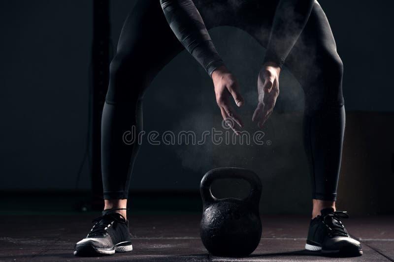 Adulto masculino muscular que exercita com sino da chaleira imagens de stock