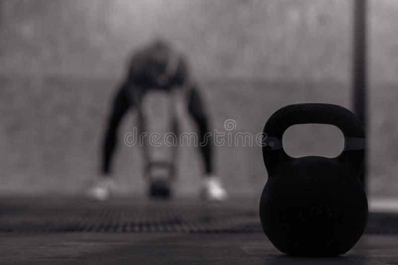 Adulto masculino muscular que exercita com sino da chaleira fotografia de stock royalty free