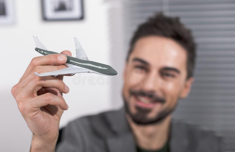 Adulto sonriente con el juguete del vuelo imagen de archivo