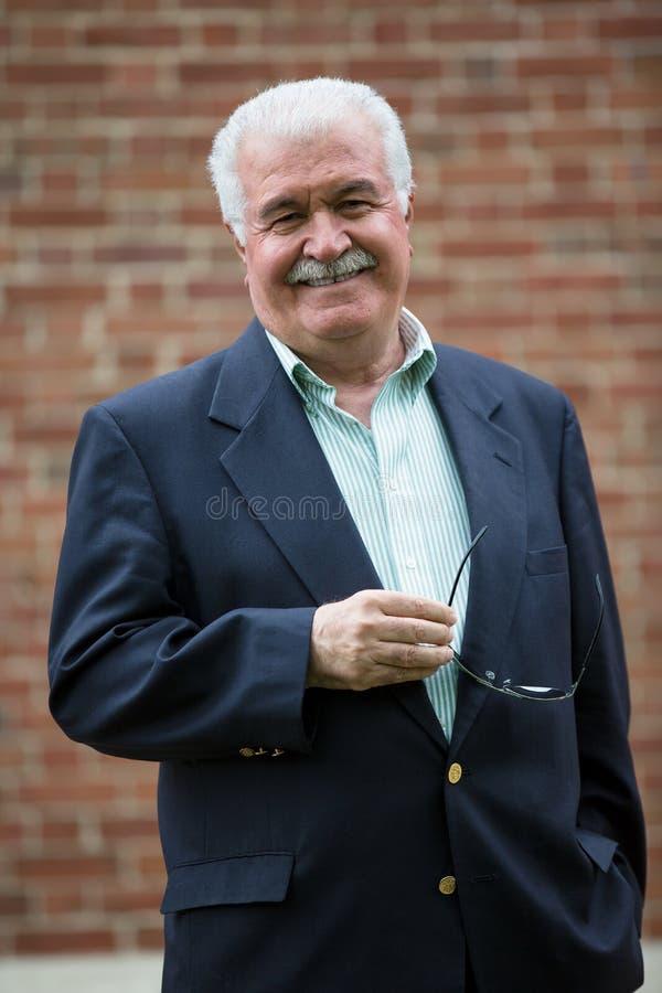 Adulto superior amigável que olha o felizmente e Trustfully imagens de stock royalty free
