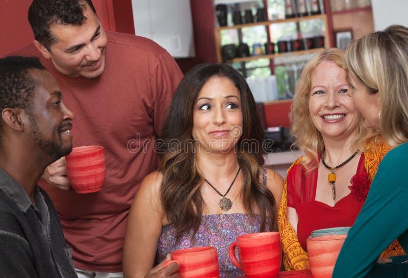 Adultos diversos alegres com café