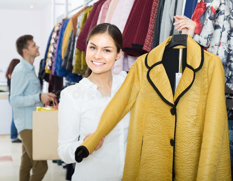 Adultos en buenas compras del humor en la tienda de ropa imagenes de archivo