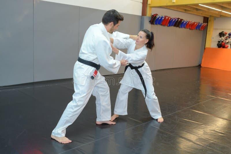 Adultos en combate de los artes marciales imagenes de archivo