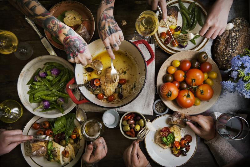 Adultos en una idea de la receta de la fotografía de la comida del partido de cena imagenes de archivo