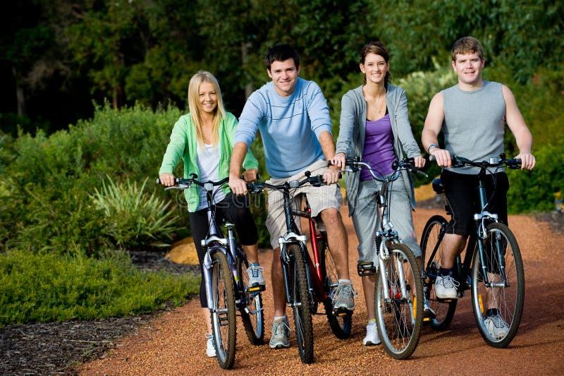 Adultos jovenes en las bicis