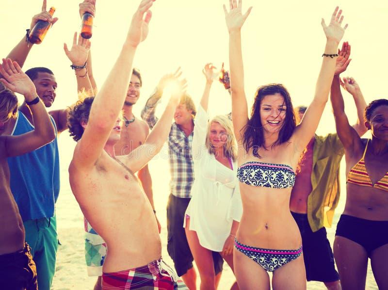 Adultos jovenes que tienen partido de la playa en verano imagen de archivo libre de regalías
