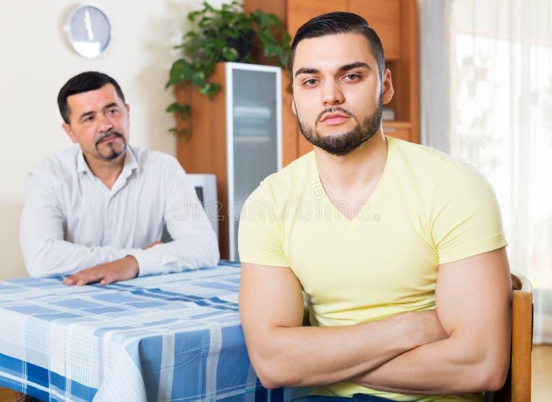 Adultos masculinos que discutem sobre algo imagens de stock