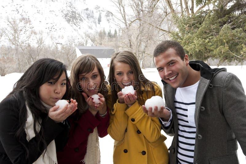 Adultos novos prontos para uma luta do snowball foto de stock royalty free