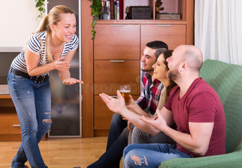 Adultos que juegan charadas imagen de archivo