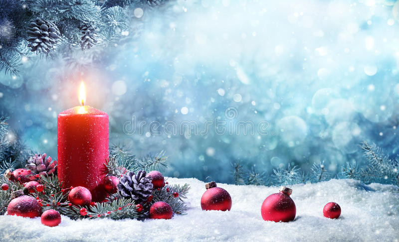 Advent Candle With Fir Branches-Burning lizenzfreie stockfotos