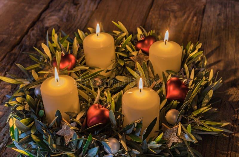 Advent Christmas-kroon met vier brandende kaarsen royalty-vrije stock afbeeldingen