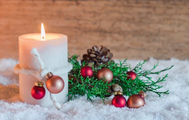 Advent och julljus med prydnader över snö royaltyfri fotografi