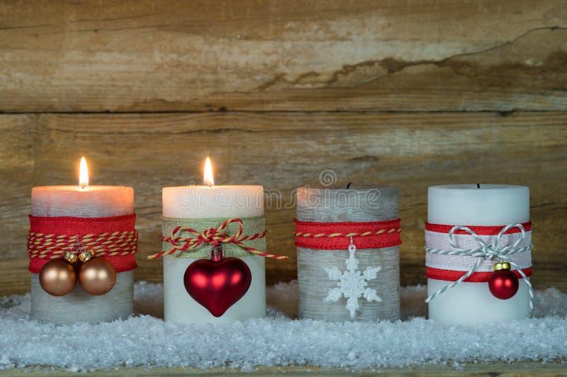 Advent Season, deux bougies brûlantes sur la neige photo libre de droits