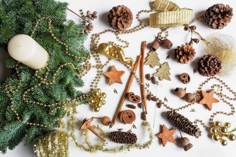 Adventkrans, DIY, olika material, garnering royaltyfri fotografi