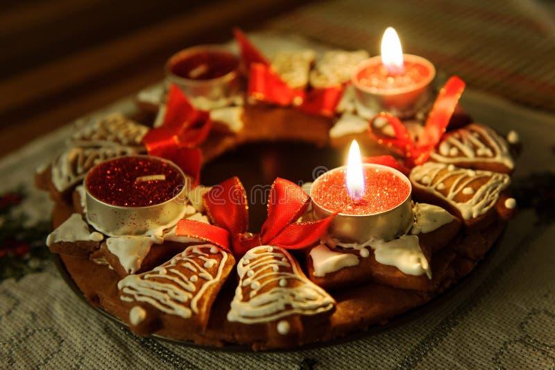 Adventkrans med stearinljus i flamma royaltyfri foto