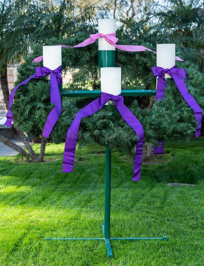 Adventkransen på Kristusdomkyrkan i trädgårddungen, Kalifornien fotografering för bildbyråer