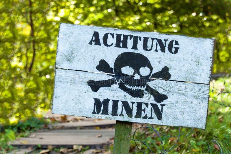 Advertência das minas perigo da explosão Linha de defesa Base militar Inscrição alemão: imagens de stock royalty free