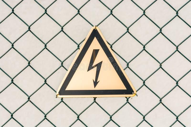Advertência sobre o perigo devido à alta tensão fotografia de stock royalty free