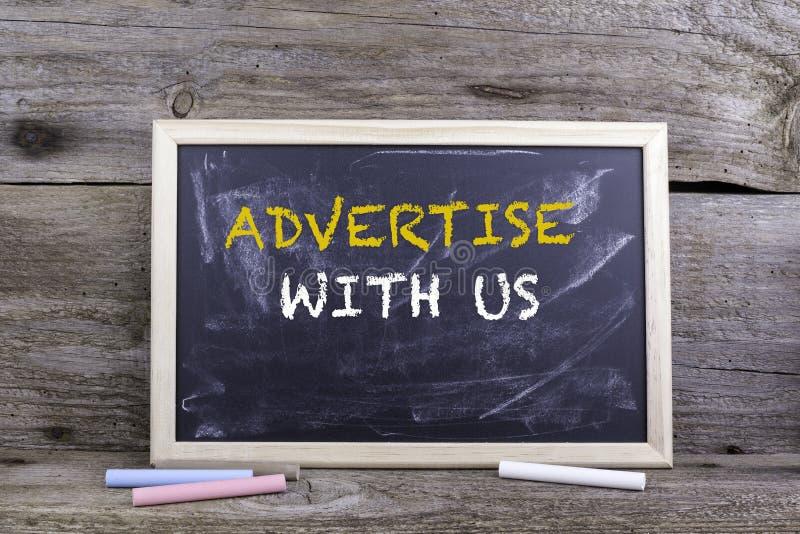 Adverteer met ons Schoolbord op een houten lijst royalty-vrije stock foto's