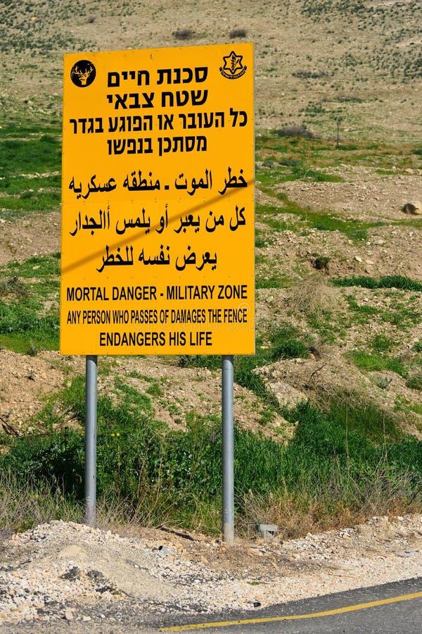 Advertencia de la zona militar foto de archivo