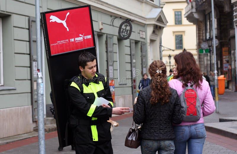 Adverterende agentenpromotor in de straat stock afbeeldingen