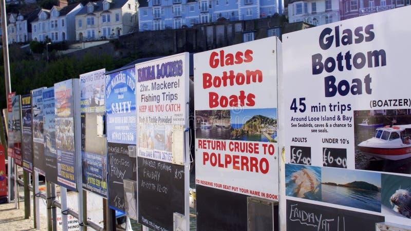 Adverterende raad voor dagtochten bij de kust Van Cornwall stock fotografie