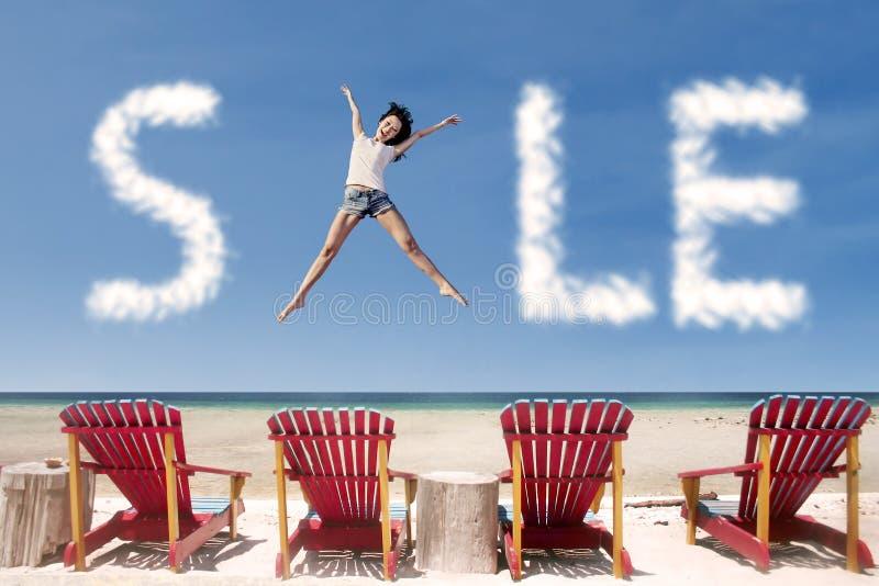 Adverterende van het verkoopwolk en meisje sprong over ligstoelen royalty-vrije stock afbeelding