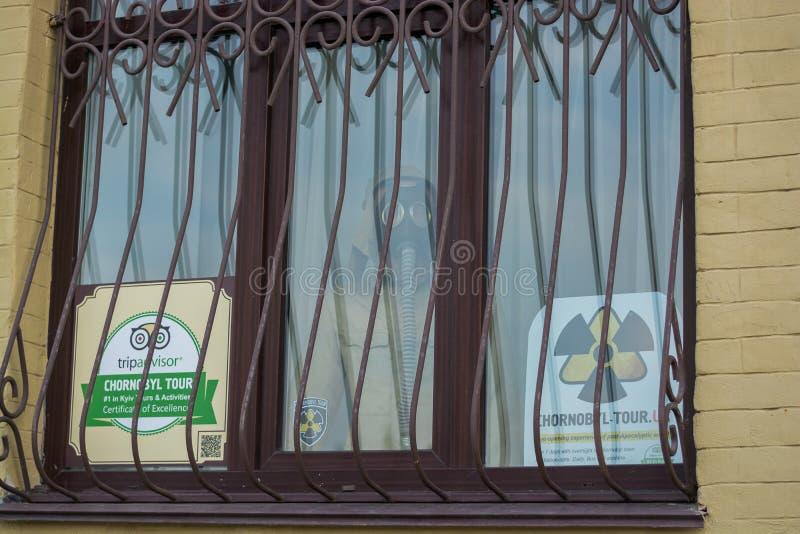 Advertizingen av turnerar till den Tjernobyl zonen, folk går Ukraina Kyiv, Podil ledare 08 03 2017 arkivfoto