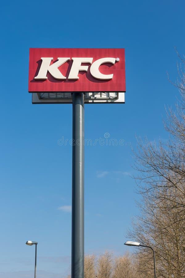 Advertizingkolonn av KFC nära en holländsk Motorway i Lelystad royaltyfri fotografi