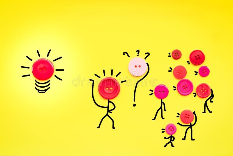 Adviezen en de ideeën die concept, groepswerkknoop de delen heffen hand aan aandeelidee aan op leider stock foto