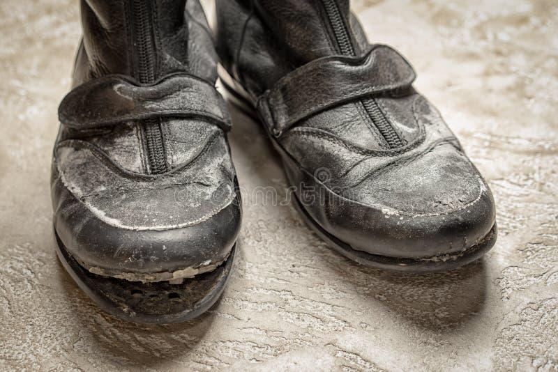Advirta para fora botas de couro pretas velhas imagem de stock
