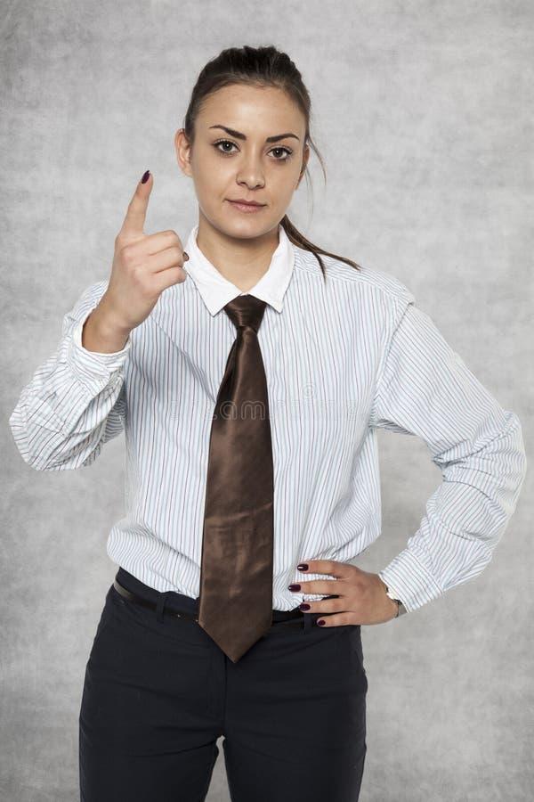Advirtiendo de una empresaria, amenazando con un finger imagen de archivo