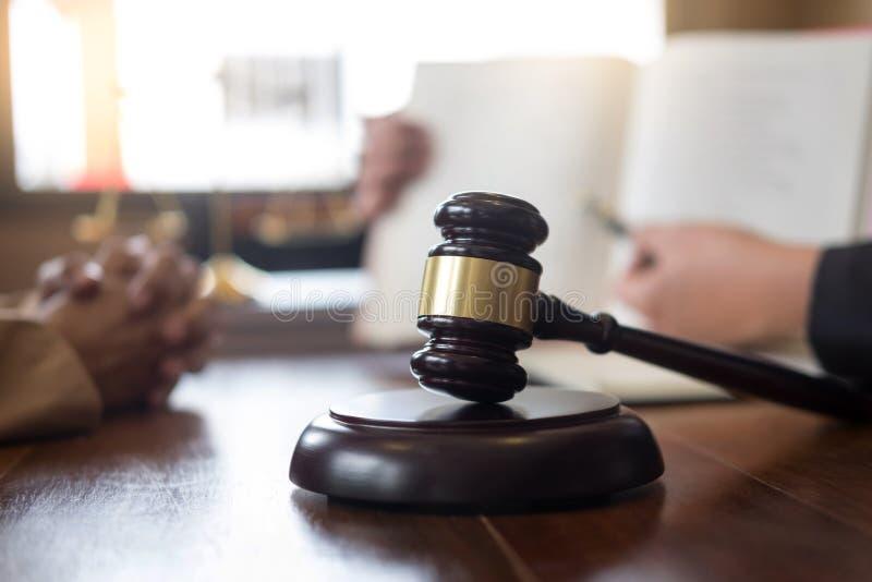 Advocaat in bureau Het adviseren van en het geven van advies over de wettelijke wetgeving in rechtszaal om klant, rechtbank en re royalty-vrije stock fotografie