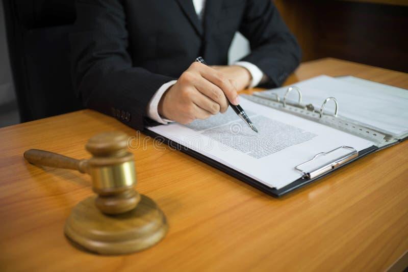 Advocaat die aan de lijst in bureau werken adviseuradvocaat, procureur, hofrechter, concept royalty-vrije stock fotografie