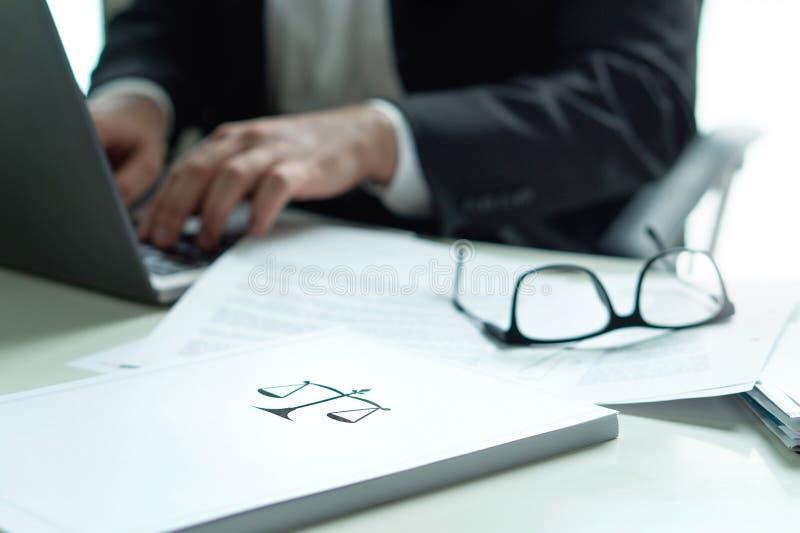 Advocaat die in bureau werken Procureur die een wettelijk document schrijven stock afbeeldingen