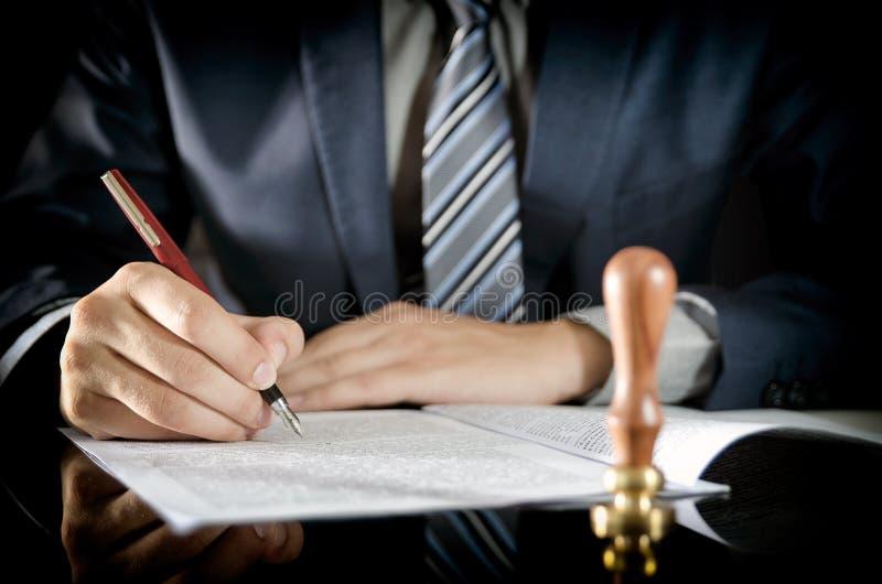 Advocaat die contract, notaris, zakenmanovereenkomst ondertekenen stock fotografie