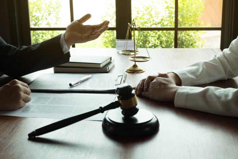 Advocaat die met contractcli?nt aan de lijst in bureau werken adviseuradvocaat, procureur, hofrechter, concept royalty-vrije stock fotografie