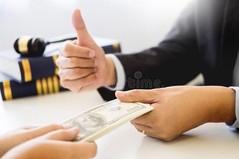 Advocaat die ontvangend geld als steekpenning van cliënt bij des worden aangeboden royalty-vrije stock foto