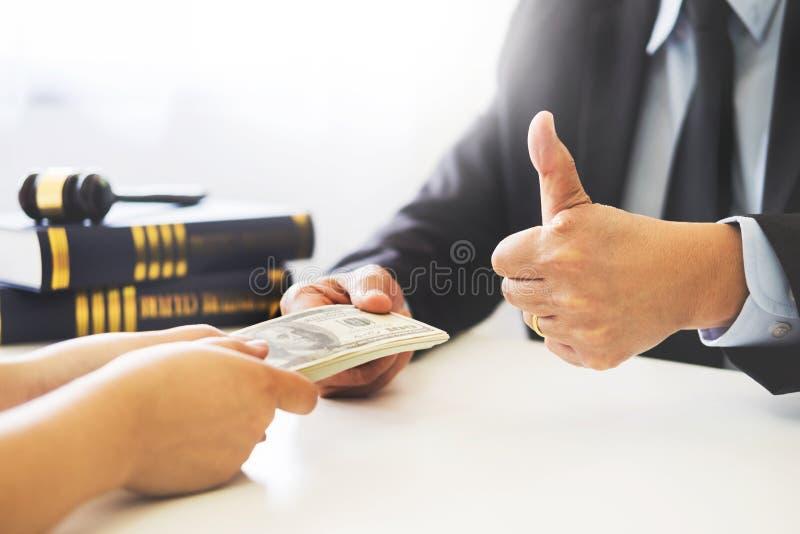 Advocaat die ontvangend geld als steekpenning van cliënt bij des worden aangeboden royalty-vrije stock fotografie