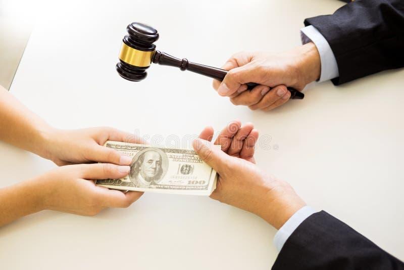 Advocaat die ontvangend geld als steekpenning van cliënt bij des worden aangeboden stock fotografie