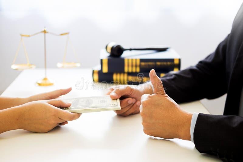 Advocaat die ontvangend geld als steekpenning van cliënt bij des worden aangeboden stock foto's