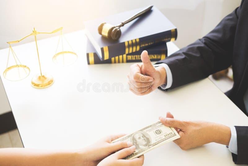 Advocaat die ontvangend geld als steekpenning van cliënt bij des worden aangeboden stock afbeelding