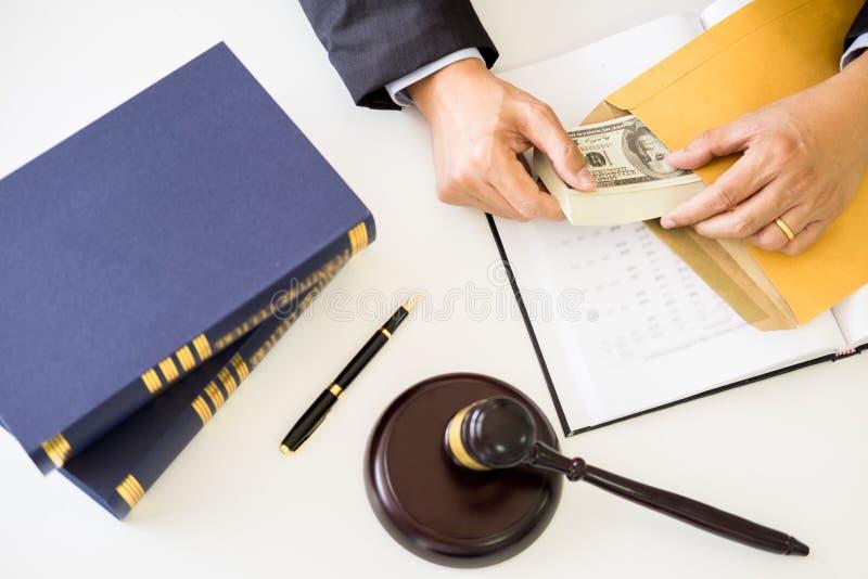 Advocaat die ontvangend geld als steekpenning van cliënt bij des worden aangeboden royalty-vrije stock afbeelding