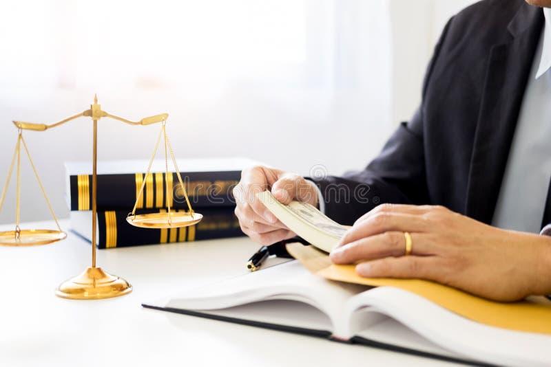 Advocaat die ontvangend geld als steekpenning van cliënt bij des worden aangeboden stock afbeeldingen