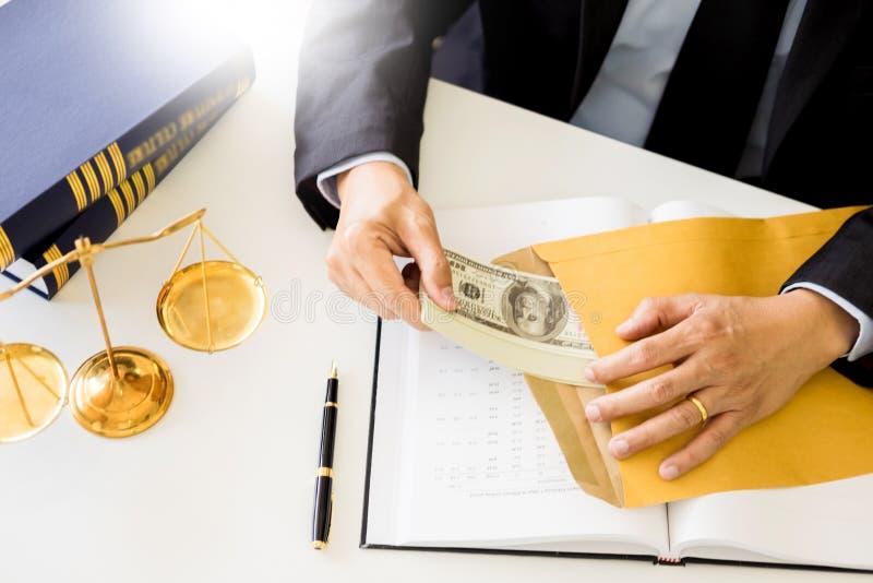Advocaat die ontvangend geld als steekpenning van cliënt bij des worden aangeboden stock foto