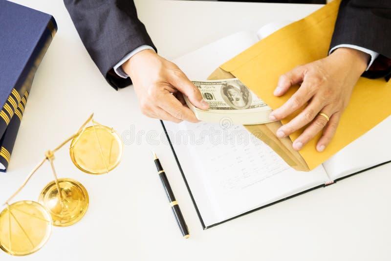 Advocaat die ontvangend geld als steekpenning van cliënt bij des worden aangeboden royalty-vrije stock afbeeldingen